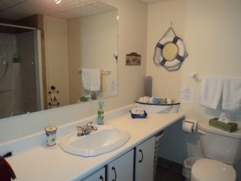 Salle de bain avec bain/douche partagée pour les chambres Pont d'Or et Blé de mer