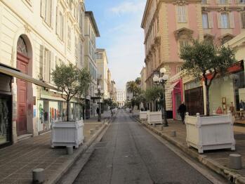 L'entrée de l'immeuble est située au début de la rue Longchamps. Les fenêtres de l'immeuble s'ouvrent également vers la célèbre place piétonne Magenta et rue semi-piétonne Alphonse Karr.