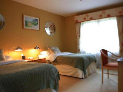 Twin room-Standard-Ensuite with Shower - Breakfast Included