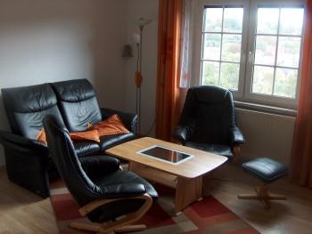 Die moderne Sitzgruppe mit Relax-Funktion im Wohnzimmer ist ideal zum entspannten Surfen im hauseigenen WLAN oder zum Schmökern eines spannenden Krimis aus der Hausbibliothek