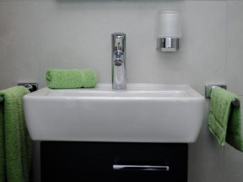 Le meuble lavabo et la douche