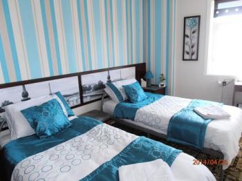 Twin room-Comfort-Ensuite with Shower-Sea View