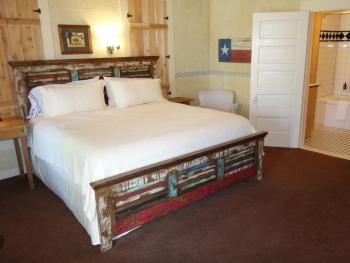 The Bluebonnet Room - King Bed / Jacuzzi Bathtub w/Shower