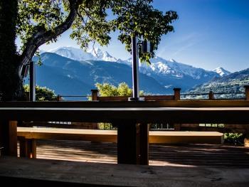 depuis la terrasse des chalets la vue sur les montagnes est sans filtre