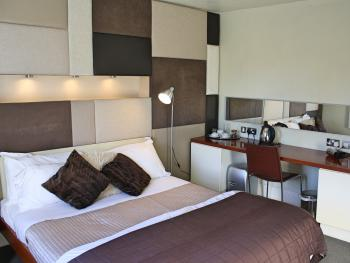 Double-Ensuite-Club 55 Room