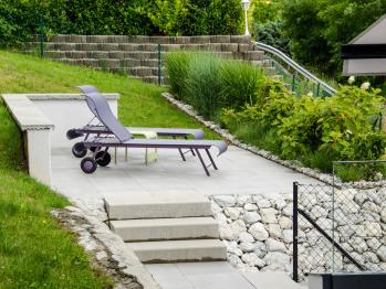 Une partie de la terrasse et ses chaises longues