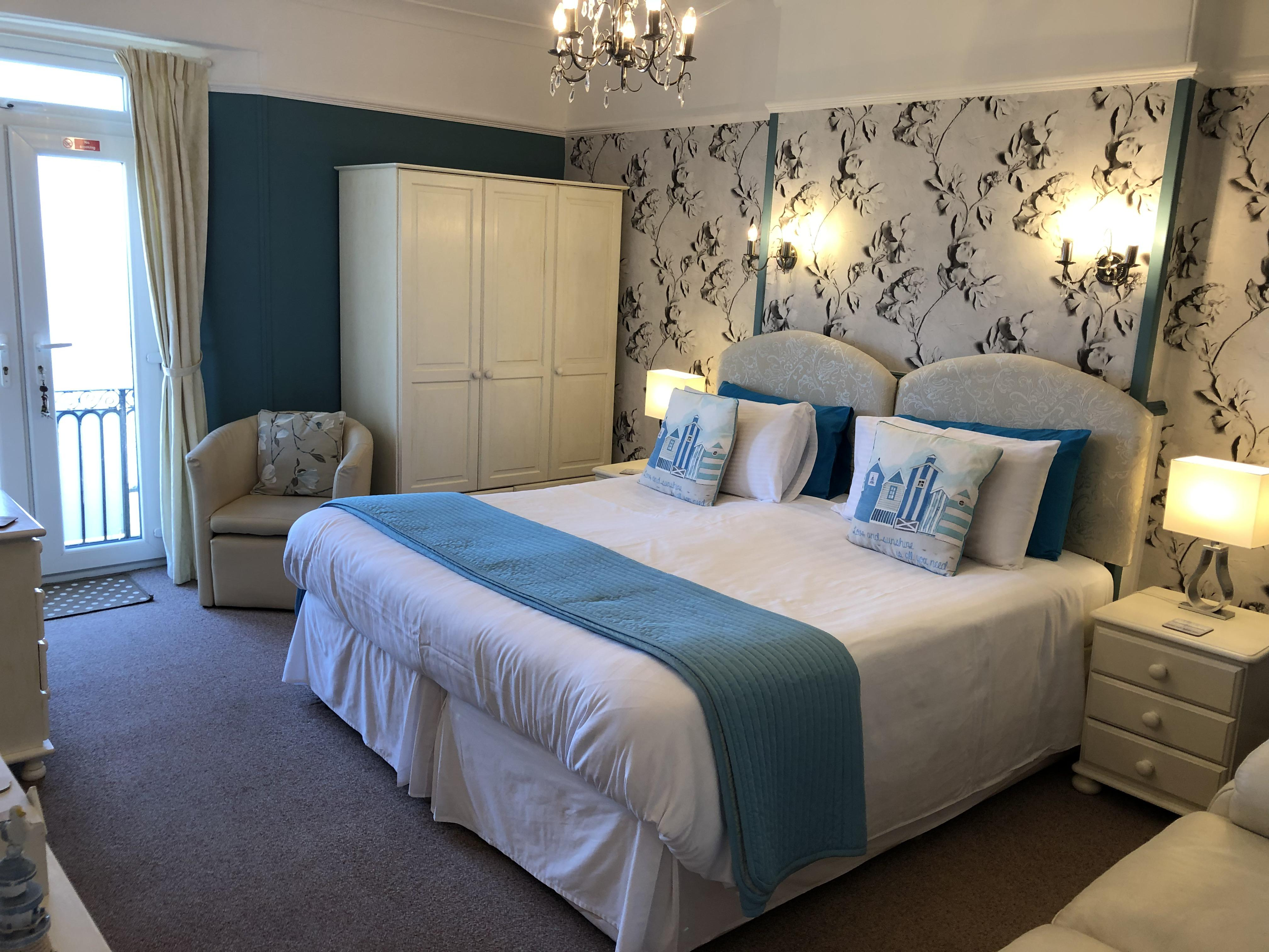 Large seaview room with balcony, en-suite and 6' super-king bed - Twin beds available