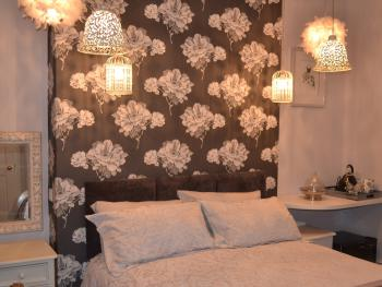 Double with king size bed & ensuite shower room - Chess