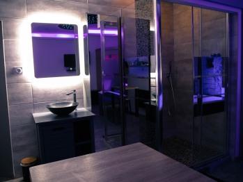 Vasque en pierre et miroir lumineux