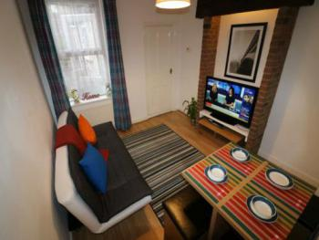 "Huku Kwetu - Salisbury House - Salisbury House - Leisure time, 45"" Flat Screen Netflix Movies"