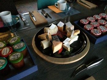 Petit déjeuner avec fromages locaux et confitures maison