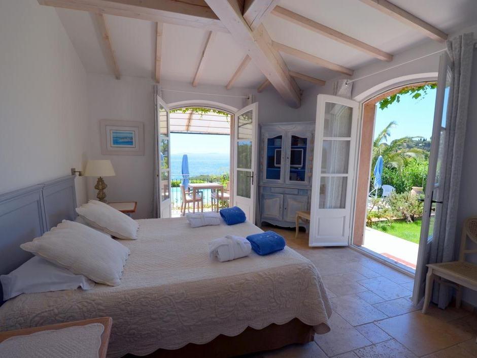 Chambre double avec terrasse côté piscine - Vue Mer - Petit Déjeuner offert