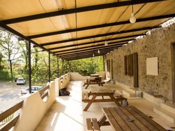Grande terrasse commune avec tables forestière