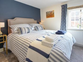 Cartref - Light and airy Bedroom with King size Bed