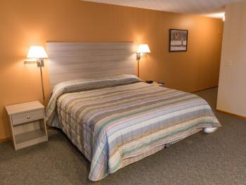 Guest House (Motel) - 1 King Bed - Handicap