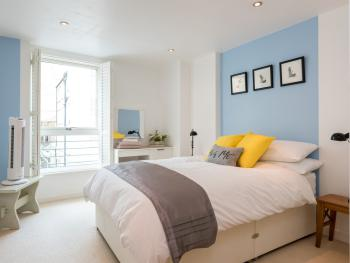 Central Brighton Apartment with Private Parking -