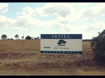 Valla publicidad para indicar hotel