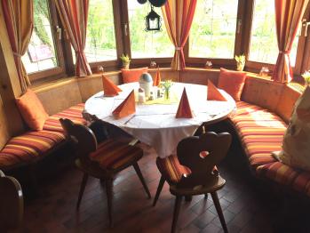 Frühstück in unserer Tiroler Zirbenstube aus 1848