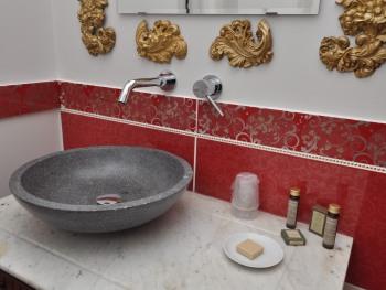 la salle de bain de la chambre d'Edmond