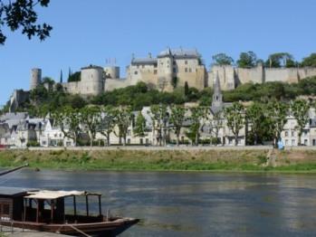 Vue sur le château de Chinon et la Vienne