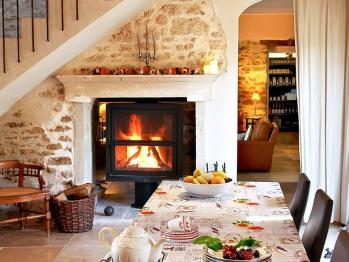 Table et feu ouvert salle à manger intérieur