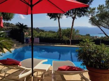 Vue de notre terrasse sur la piscine et la mer