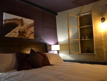 King-Premium-Ensuite with Bath-Street View-Room 4