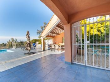 Terrasse orientée sud, 200 m², piscine, vue panoramique, espace repas table 10 personnes, espace salon d'été, barbecue au charbon de bois, transats, grand parasol et store banne