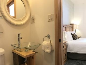 Room 2 - B&B - Queen En-Suite