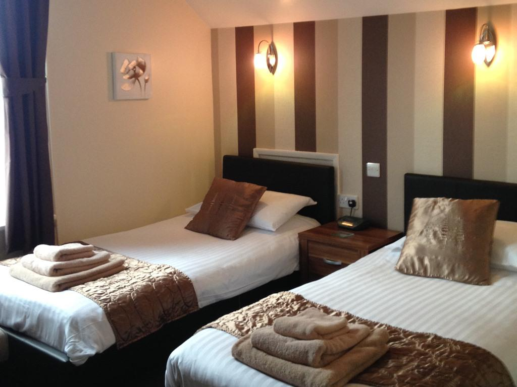Twin room-Standard-Ensuite with Shower-Street View-Room 7 - Base Rate