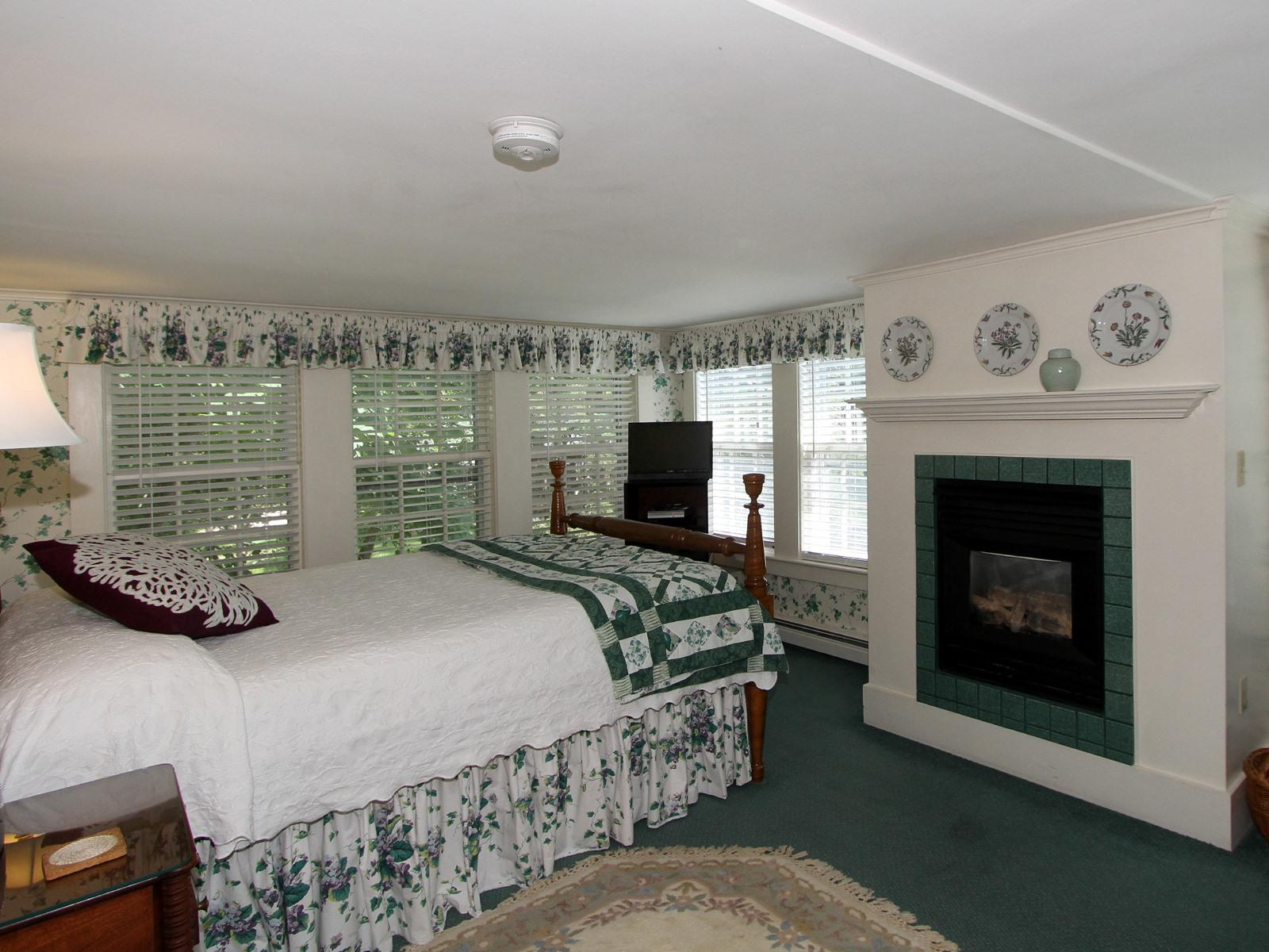 Queen-Ensuite-Luxury-Garden View-Main Inn Room 4
