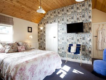 The Parour, ensuite, Sleeps 4, King & Bunks