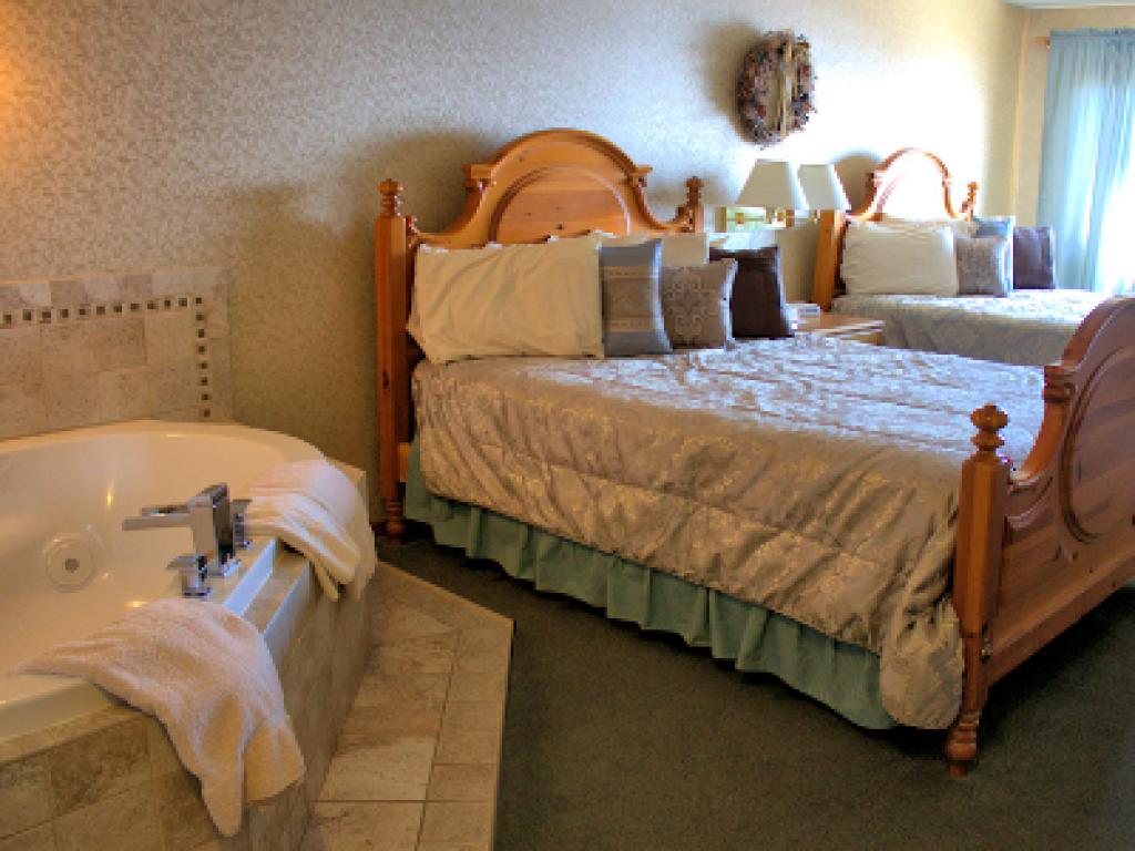 Quad room-Ensuite-Standard-2 Queen Jacuzzi Rooms Uni - Base Rate