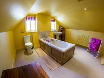 Bathroom 1 in the Apartment