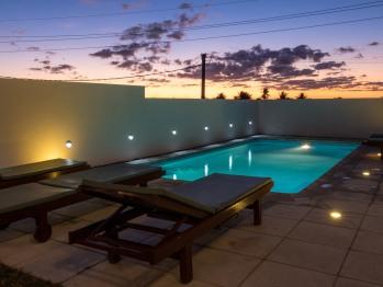 Vue de la piscine au crépuscule