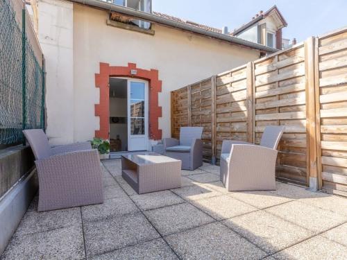 Grande terrasse + salon de jardin