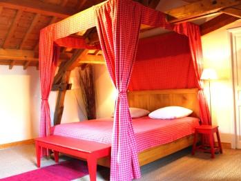 Chambre Coquelicot avec son lit à baldaquin