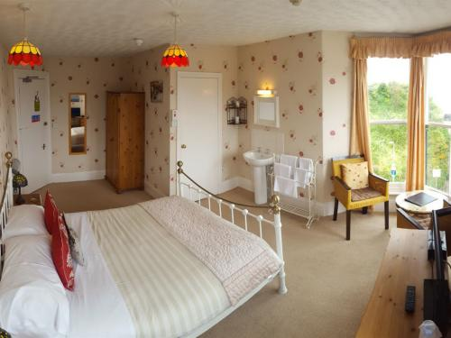 Large Double en-suite room with sea view. 3rd Floor