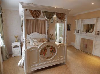 Enchanted Manor - Four Poster Bed