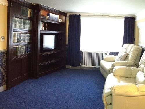 Dickens Apt 1 lounge