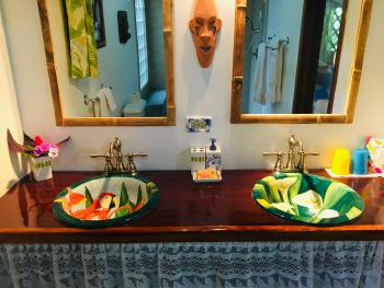 Colibri Bungalow. Double hand-painted ceramic sinks in every bungalow