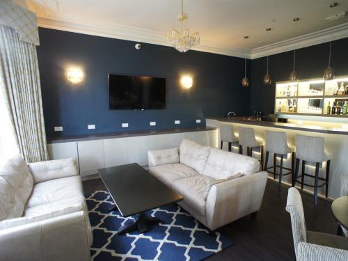 """Comfortable lounge and bar, large 65"""" TV"""