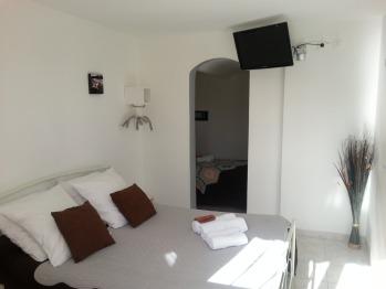 Triple-Classique-Salle de bain et douche-Vue sur Rue-Std - Triple room-Classic-Ensuite-Street View-Std