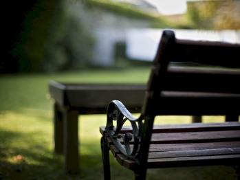 Espace fumeur dans le jardin