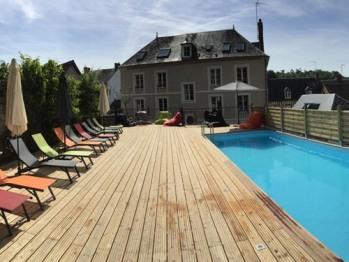 Espace piscine équipé de bains de soleil, parasols, loftbags