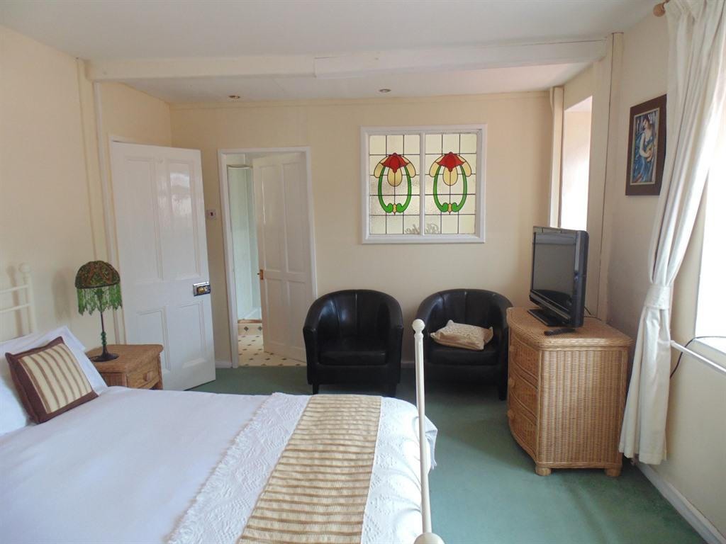 Family suite (two adjoining rooms) en-suite with shower and bath