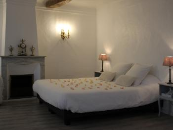 Maison Carles BnB - Decoration with marble fire place, Bronze clock and brass lamps in apartment N°4