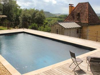piscine avec vue sur la Tour Milou