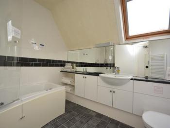 Cosy Attic Double with Whirlpool Bath Room 6