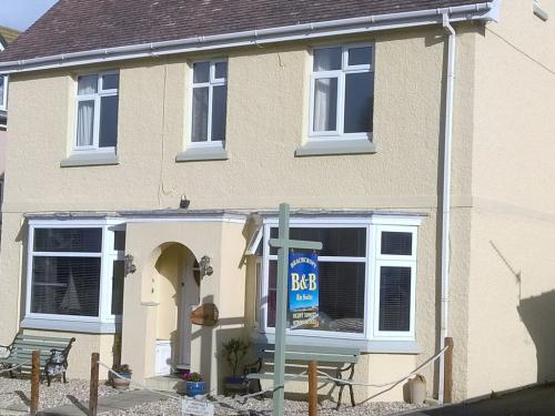 Beachcroft B&B - 60 yards to the Seafront, 5 mins walk to Seaton Town centre. Free Parking right outside in a quiet Private Cul-de-Sac.